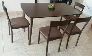 Mesa de madera con 4 sillas de madera
