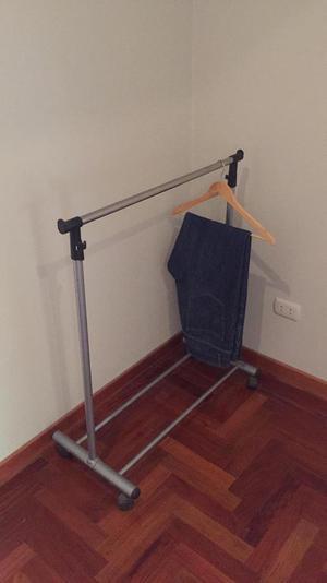 Ropero colgador para ropa con forro posot class for Colgador ropa pared