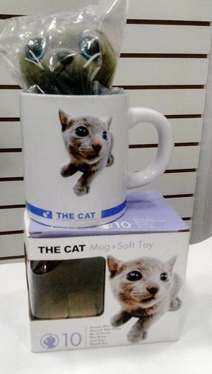 Taza gato el alto relieve con un gatito de peluche
