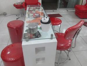 Mesa doble de manicure con 2 pufis y 2 sillas