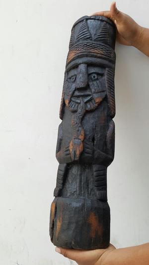Antiguo Totem Tallado en Madera