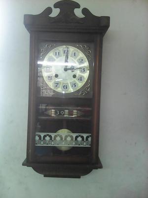 antiguo reloj a cuerda funcionado