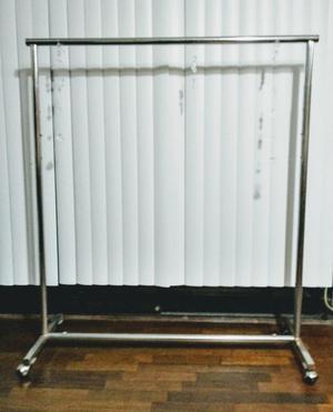 Colgador para ropa de madera posot class for Colgadores de ropa metalicos