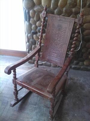 Mecedora de madera con cuero repujado