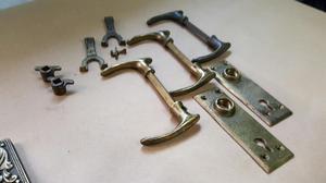 Antigua Chapa con Perilla de Bronce para Puerta