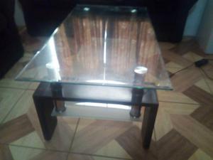 vendo mesa de vidrio con patas de madera ideal para