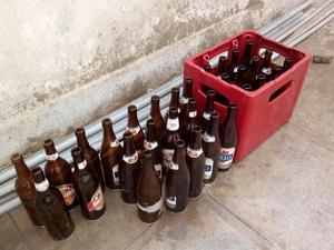 Caja de cerveza con botellas vacias