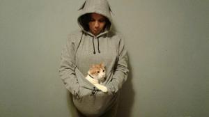 Polera con capucha y canguro para gato