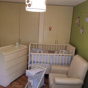 Cuna, cómoda, colchón y sillón para bebé