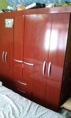 Vendo closet de 6 puertas y 2 cajones muy espacioso, en muy