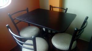 mesa grande con cuatro sillas lo mejor para un comedor solo