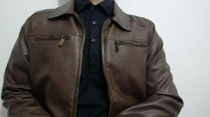 Casaca marrón y Camisa negra