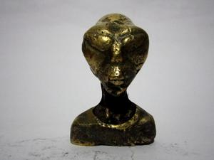escultura de alien bronce maciso