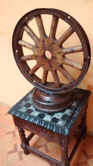 un aro de carreta muy antigua convertido en mesa