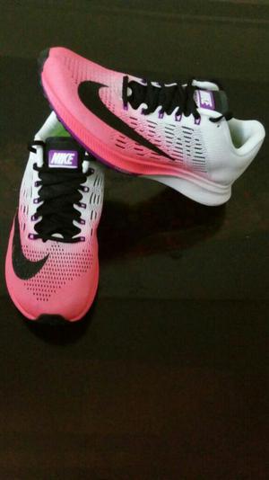 Zapatillas Beige con Blanco Marca Nike