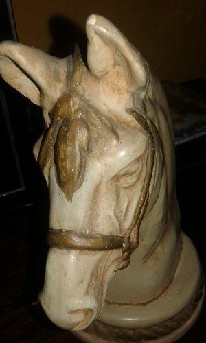Escultura De Cabeza De Caballo En Ceramica