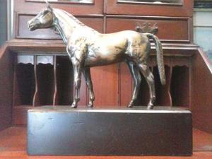 Escultura De Caballo De Bronce