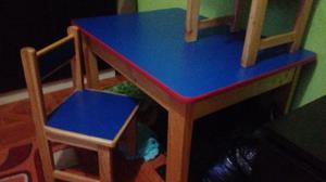 Mesa de madera y melamine con 3 silla para niño en buen