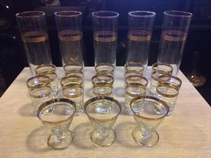 Juego de vasos y copas vintage con bordes dorados