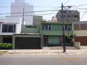 Casa como terreno, muy cerca a la Clínica Ricardo Palma.