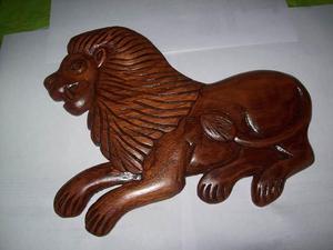 LEón tallado en madera de cedro