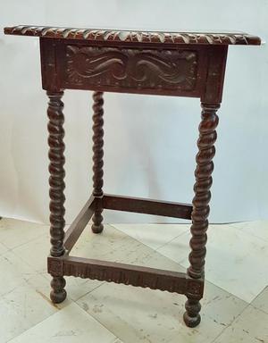 Mesa auxiliar antigua de caoba labrada