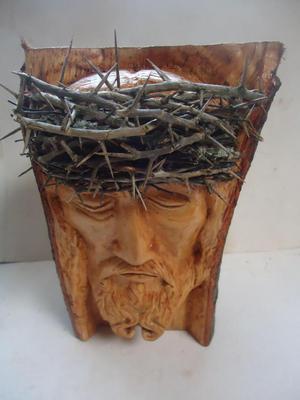 Rostro de Cristo. Tallado en tronco