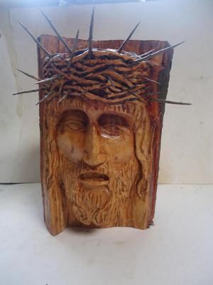 Rostro de Cristo tallado en tronco