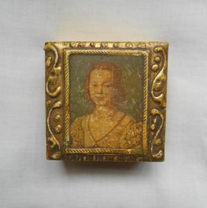 Antiguo cofre de madera tallado con retrato, hecho en Italia