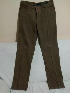 Remato pantalón, marca Lois, con detalle.