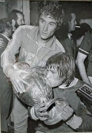 Foto de Juan Carlos Oblitas y Hugo Sotil con la Copa