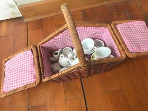 Canasta con mini sets de té para niños