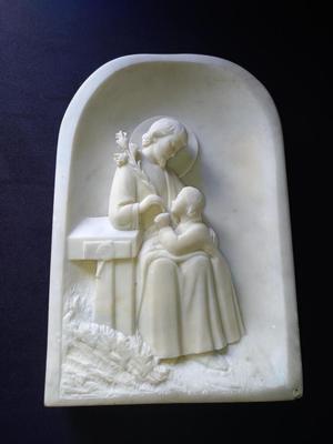 ESCULTURA DE MÁRMOL EN ALTO RELIEVE DE JESÚS CON NIÑO