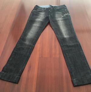 Pantalón jean de mujer negro plomo bordado usado MNG