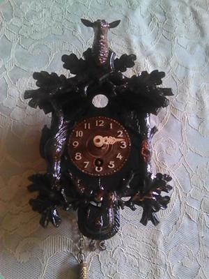 antiguo reloj pequeño cucu es a cuerda falta la llave esta
