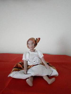 Muñeca de coleccion en porcelana.