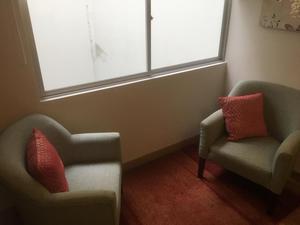 Sillas,mini horno, escritorio, silla de oficina y aire