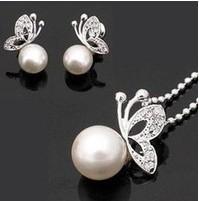 Set Biyouterie: Mariposas perla, Aretes y collar.
