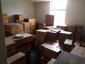Menaje blanco con cajas de madera