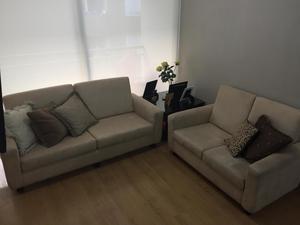 Muebles en buen estado de 3 y 2 cuerpos color beige