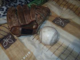 antigua manopla de beisbol con pelota