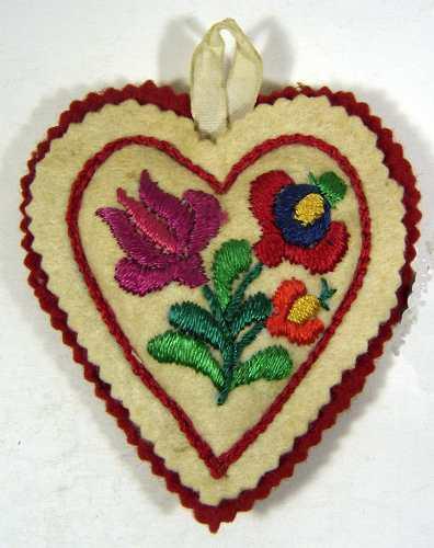 Corazón Bordado A Mano Sobre Paño Lenci Hungria
