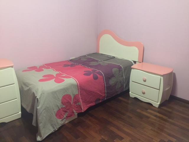 Juego de dormitorio de madera para niña