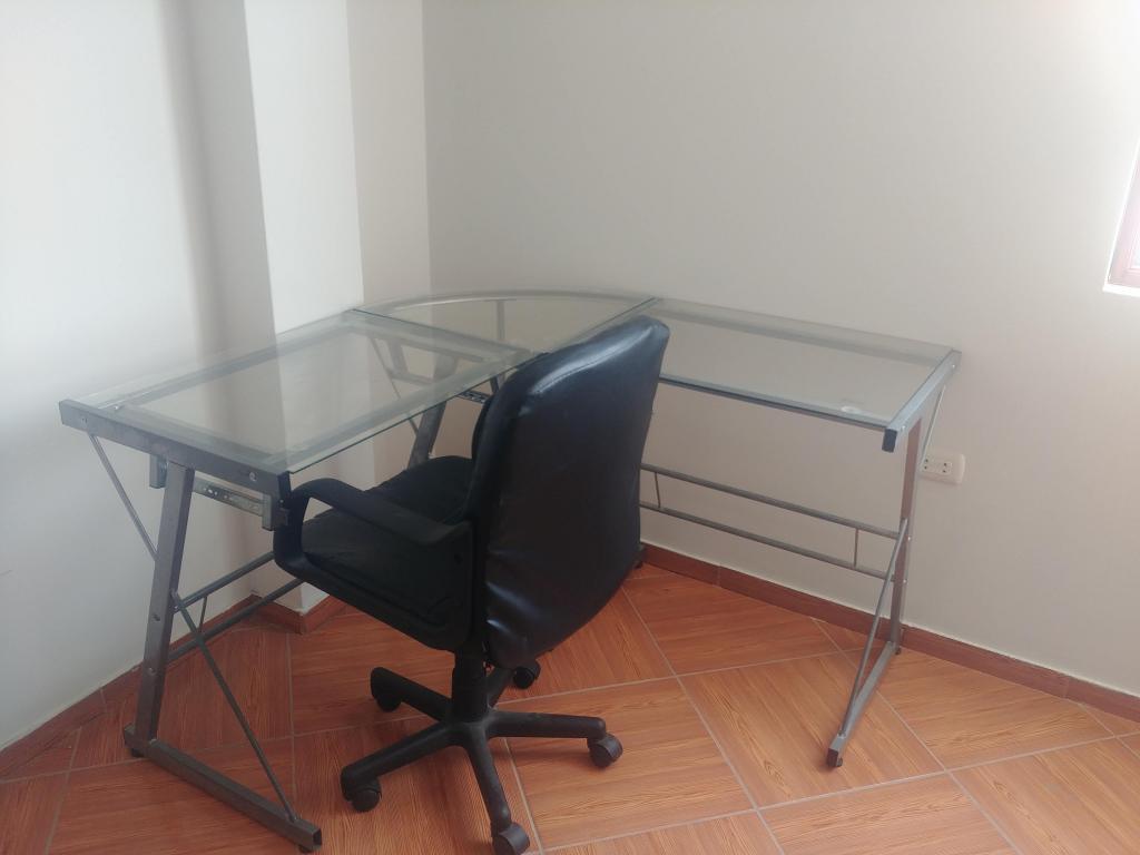 Remato por Ocasion escritorio de vidrio y silla giratoria