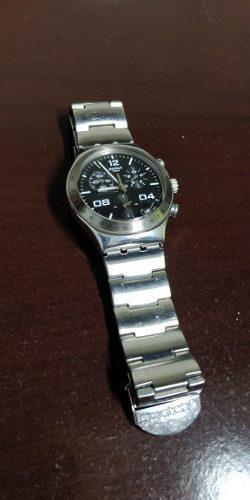Reloj Swatch Hombre Irony Color Acero, Fondo Negro.