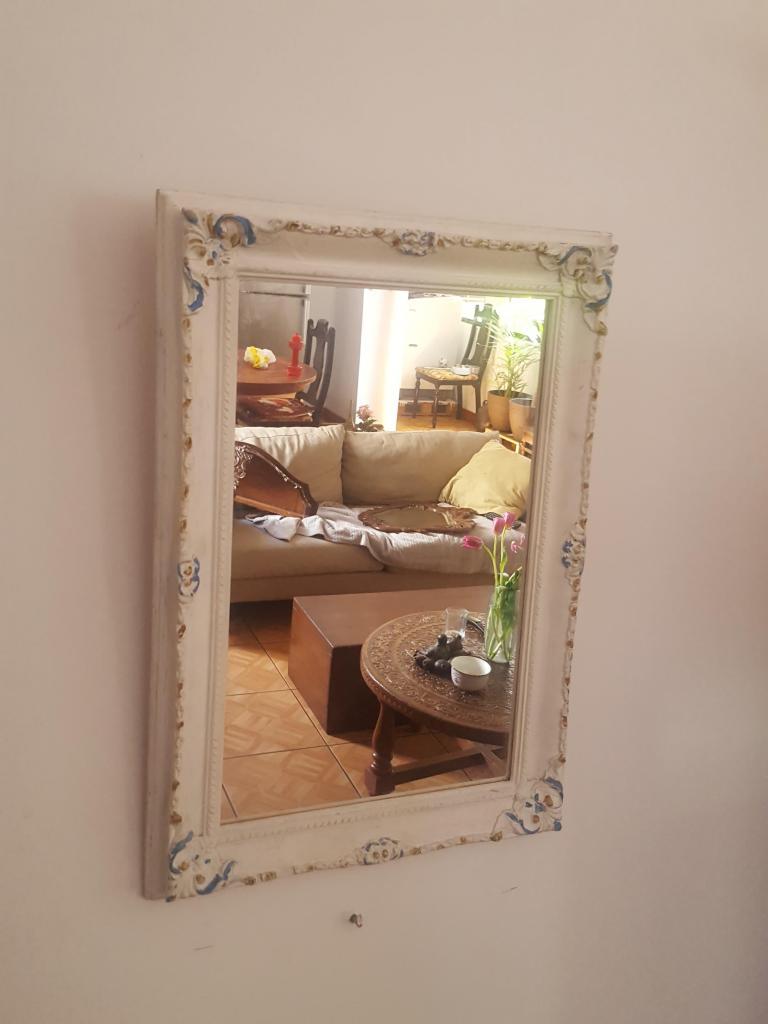 Antiguo marco con espejo blanco tallado en cedro en buenas