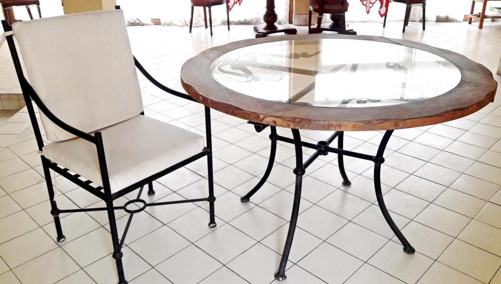 Mesa circular con vidrio, 6 sillas de metal con cojines