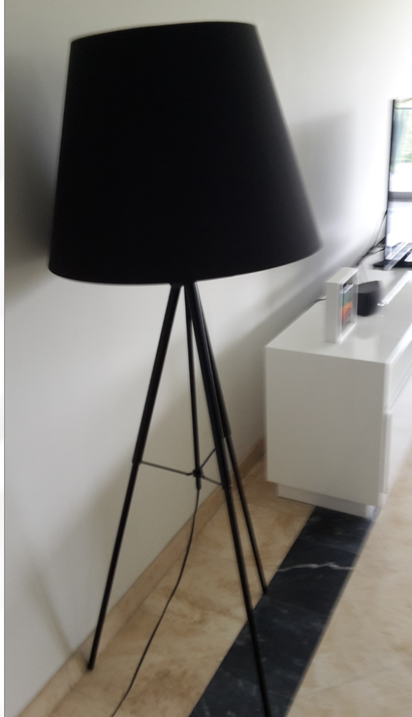 remato lámpara de pie tripode en color negro