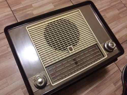 Radio A Tubos Phillipsde Baquelita.