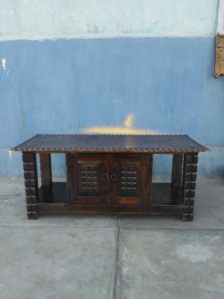 Mesa Antigua Tallada con Puertas